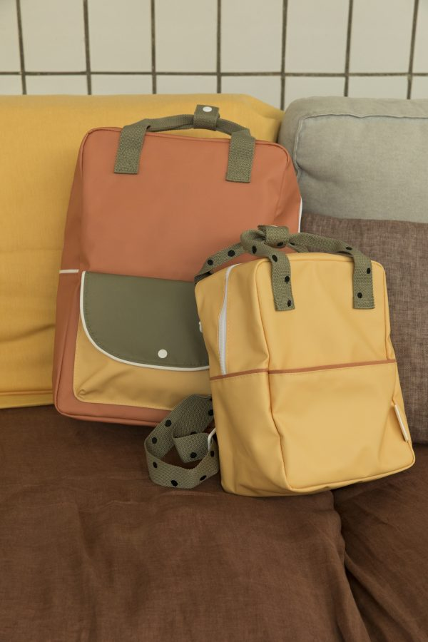 1801642 – Sticky Lemon – backpack small – freckles – retro yellow + seventies green – style shot